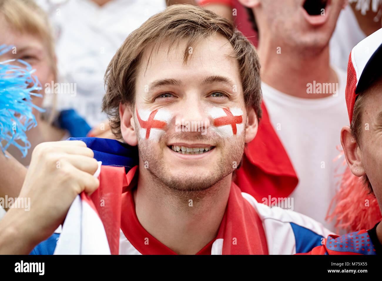 Britische Fußball-Fan bei Match lächelnd, Porträt Stockbild