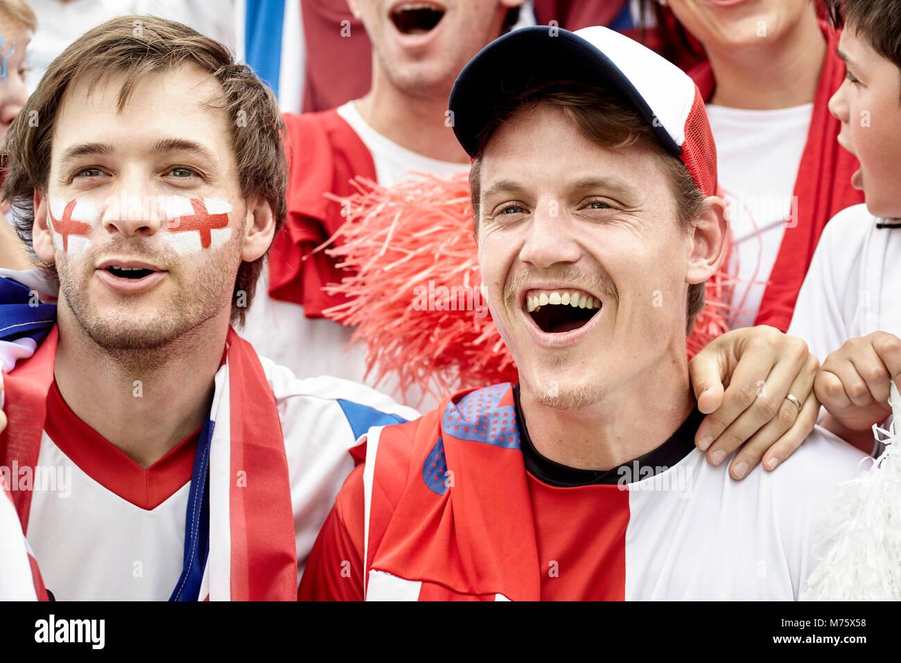 Britische Fußballfans zusammen genießen überein Stockbild