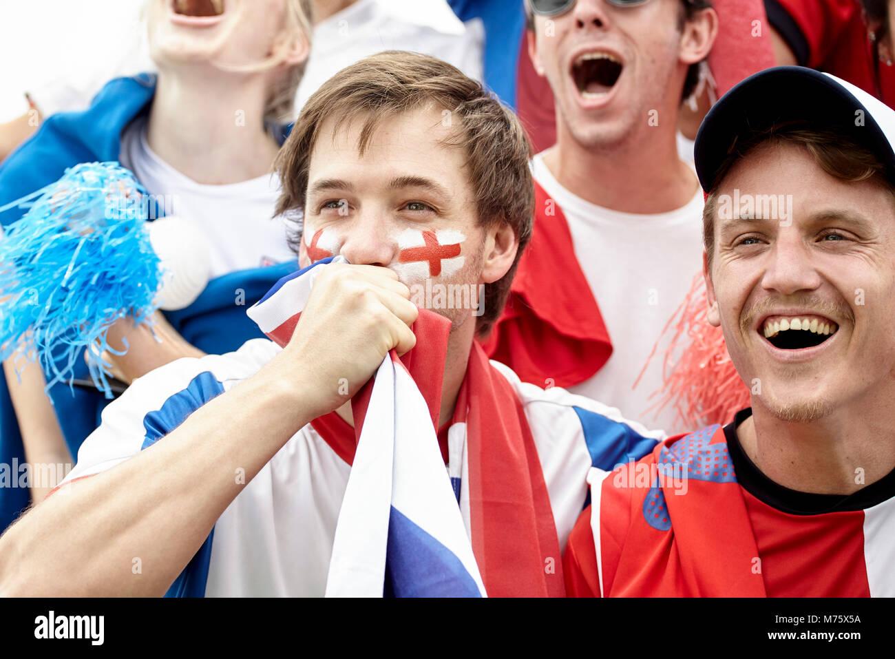 Britische Fußball-Fans Spaß bei Match Stockbild