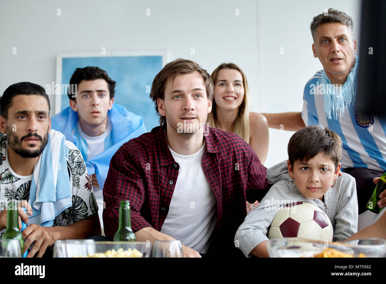 Argentinische Fußball-Fans auf Match auf TV zu Hause Stockbild