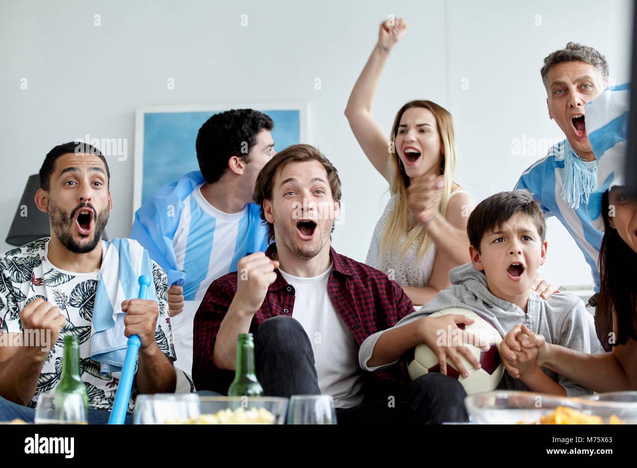 Argentinische Fußball-Fans während Gleiches zu Hause beobachten Stockbild