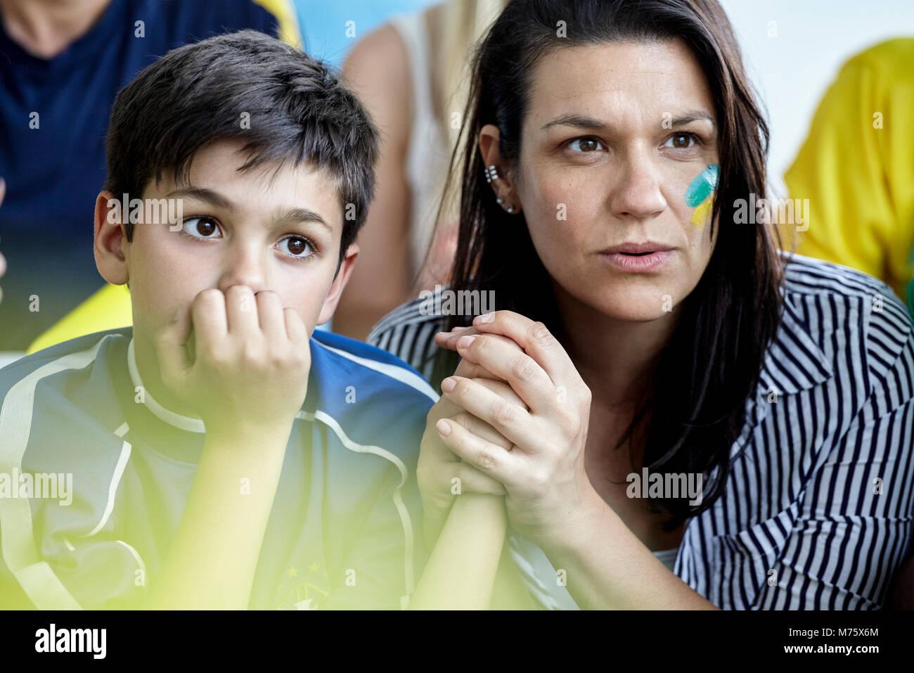 Mutter und Sohn, Fußball Match zu Hause Stockbild