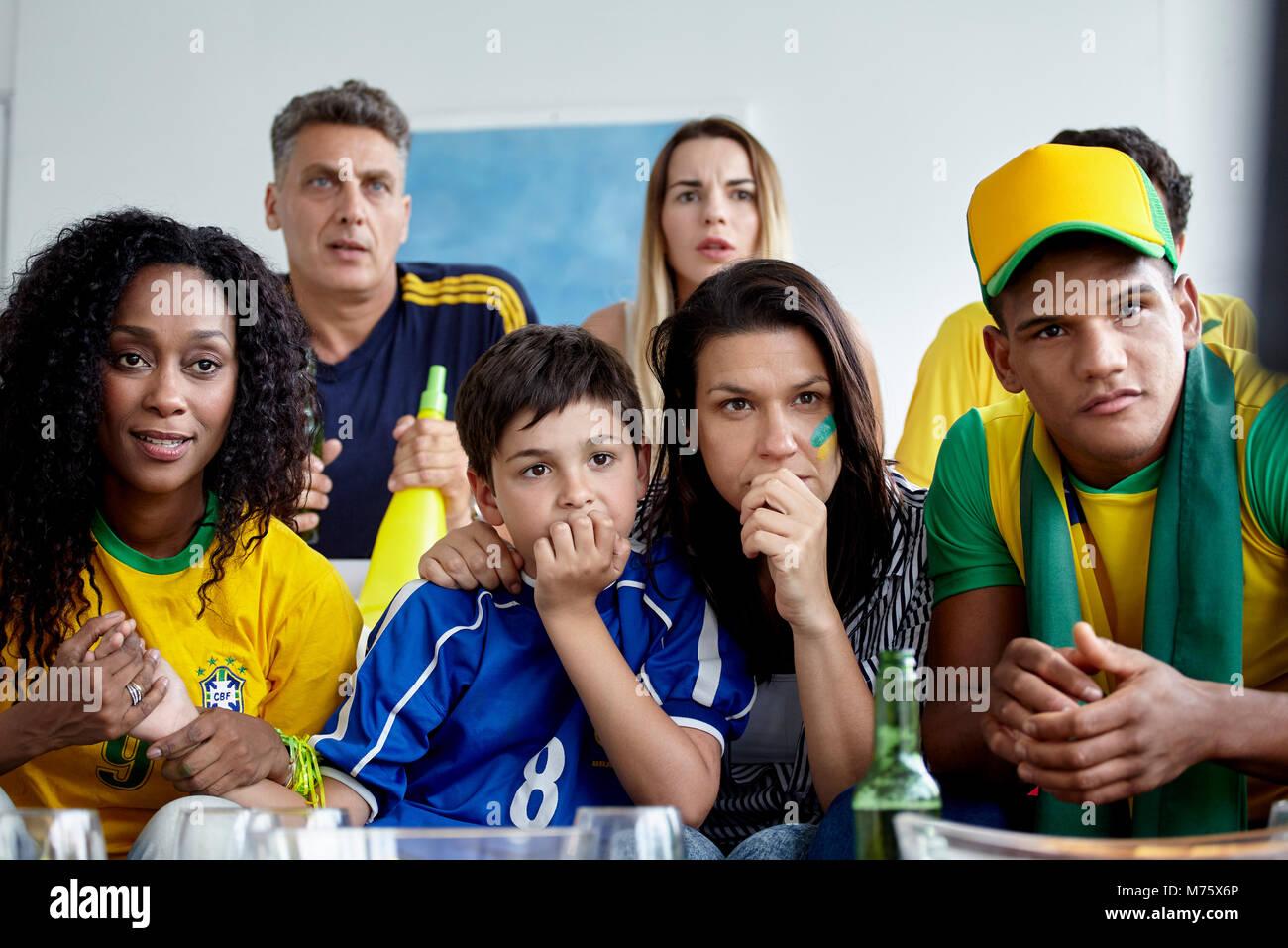 Brasilianischen Fußball-Fans gemeinsam Gleiches zu Hause Stockbild