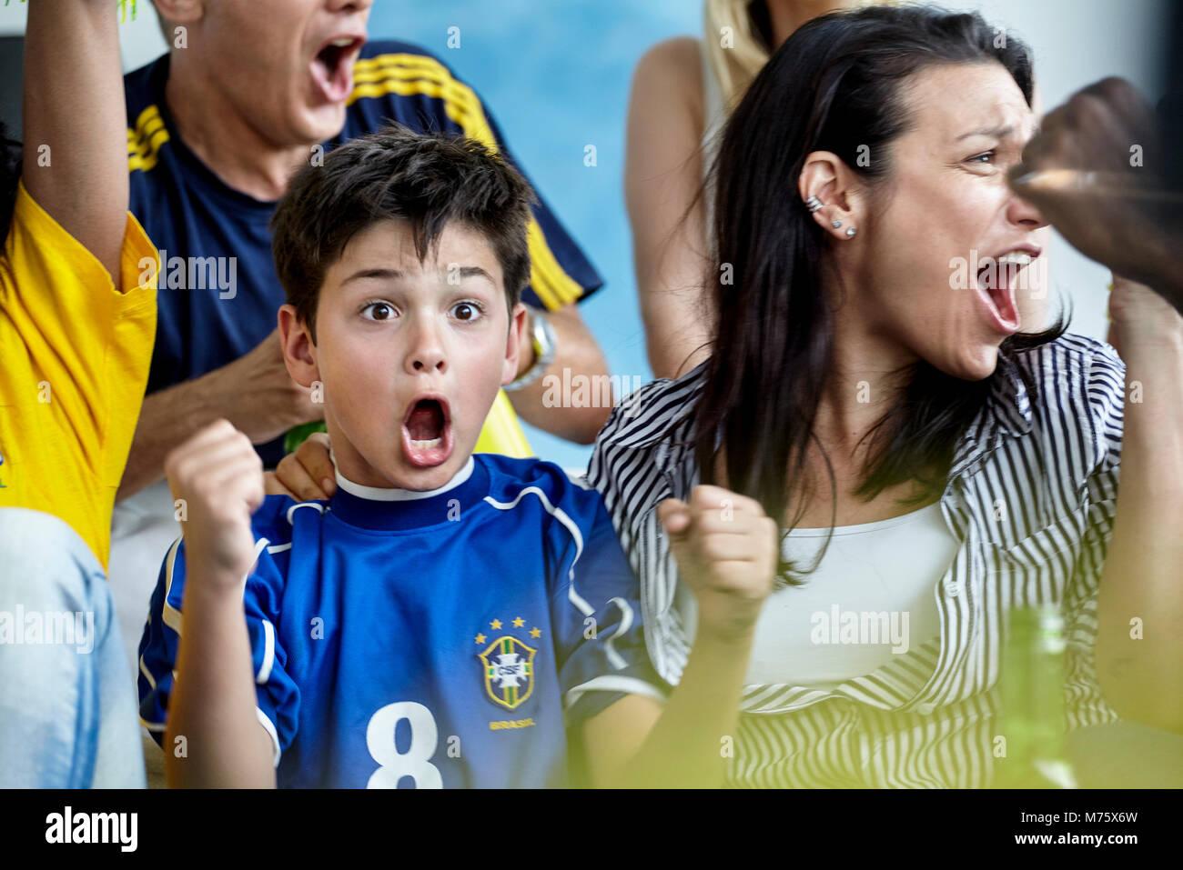 Brasilianischen Fußball-Fans Sieg zu Hause feiern. Stockbild