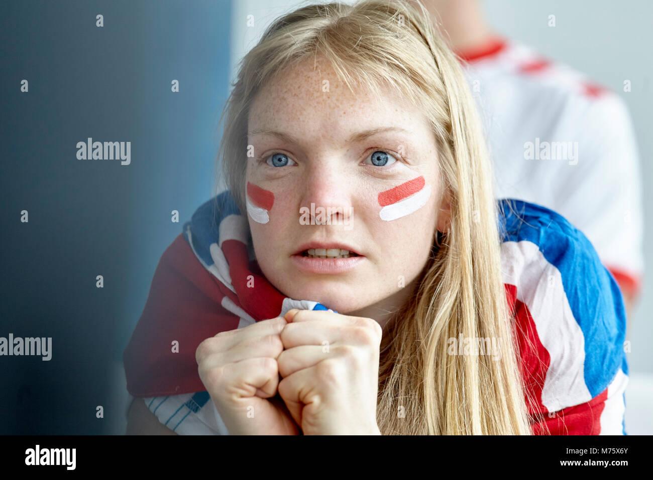 Britische Fußball-Anhänger beobachten Match im Innenbereich Stockbild