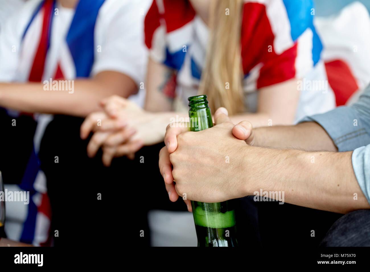Close-up des Sports Enthusiast holding Flasche Bier in der Hand Stockbild