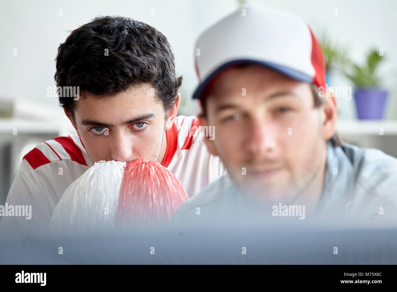 Sport Fans sehnsüchtig auf TV ansehen Stockbild