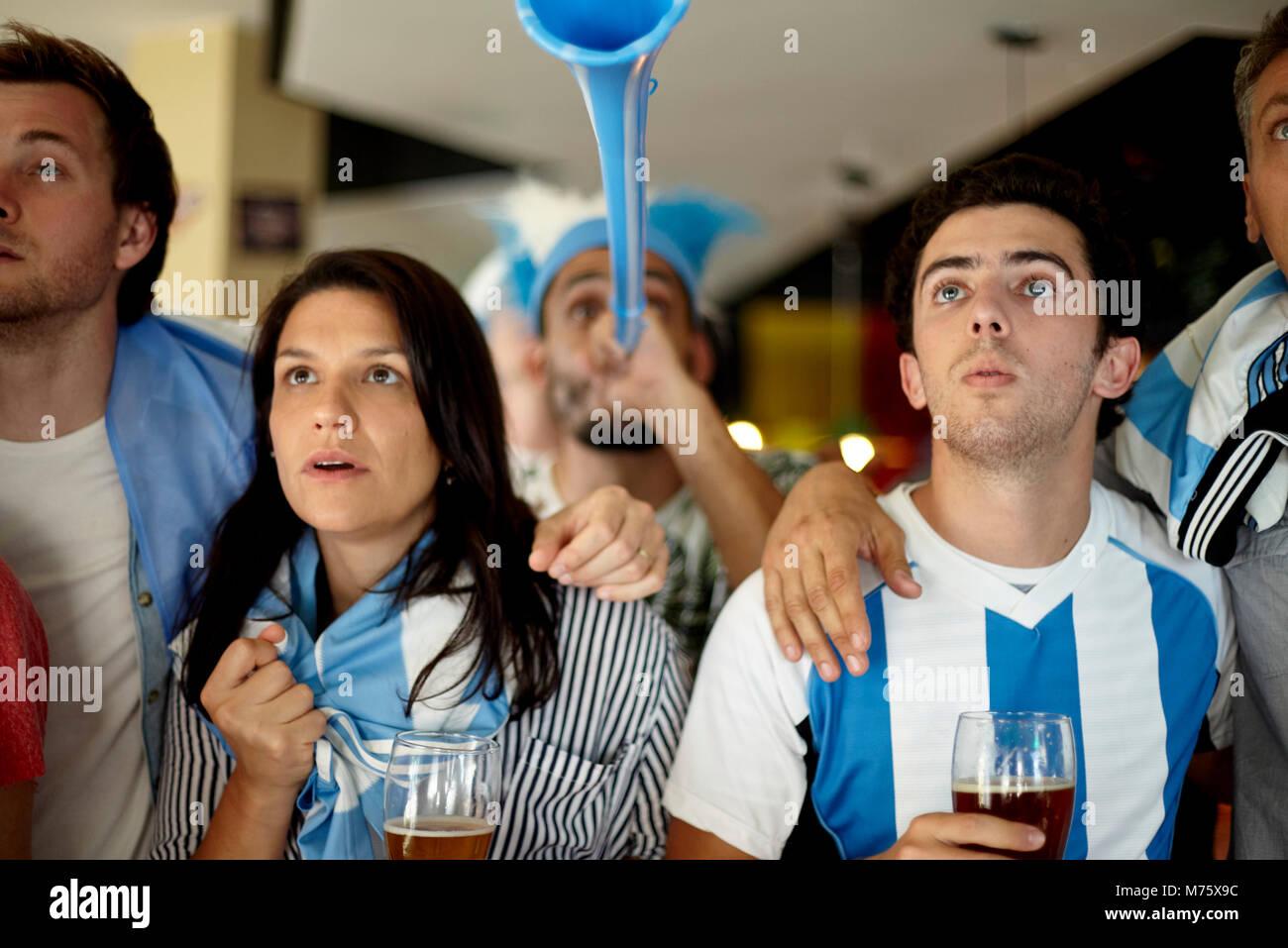 Argentinischen Fußballfans beobachten Match in bar Stockbild