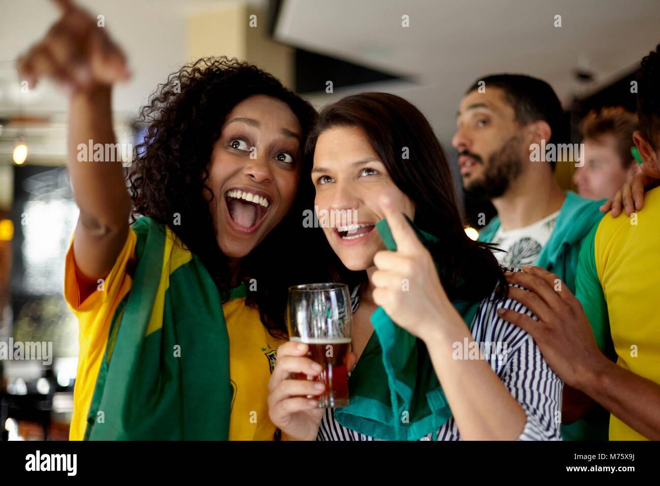 Brasilianische Fußballfans beobachten Match in bar Stockbild