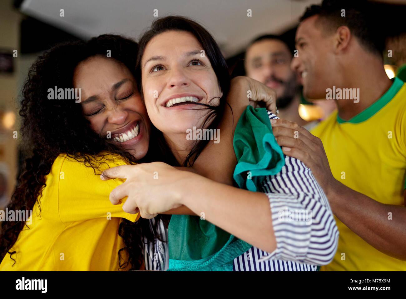 Sportbegeisterte feiert Sieg in bar Stockbild