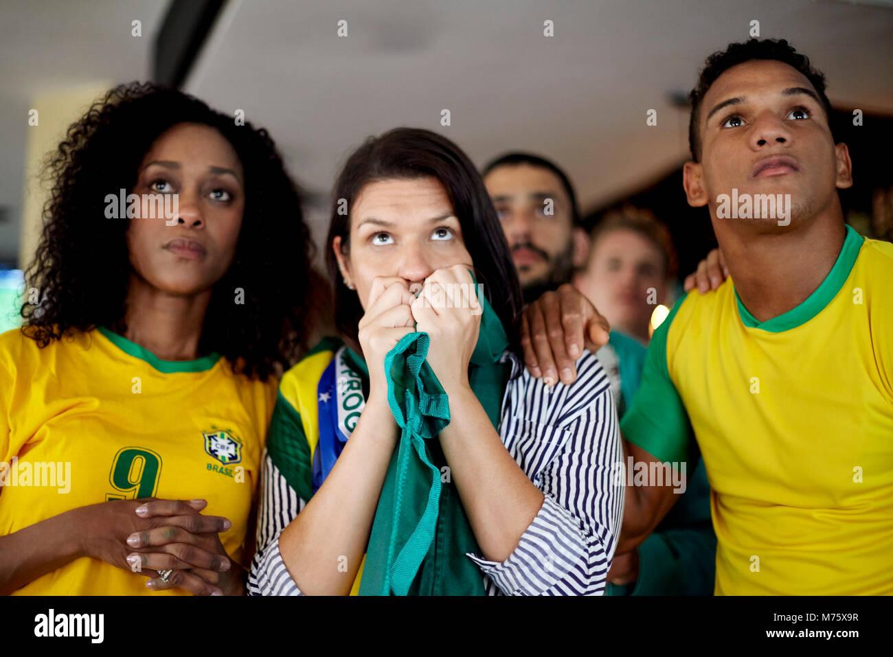 Brasilianischen Fußball-Anhänger gespannt beobachten Match in bar Stockbild