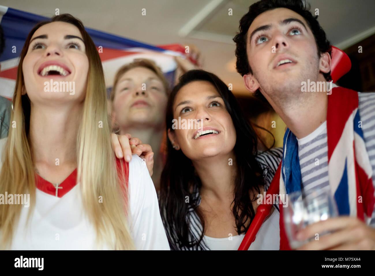 Fußballfans beobachten Match in bar Stockbild