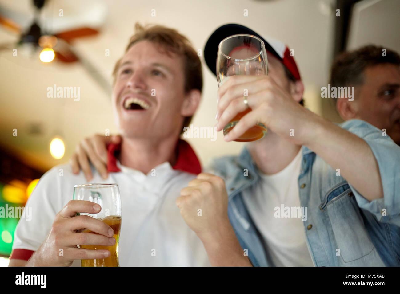 Sportbegeisterte gemeinsam die Übereinstimmung in bar Stockbild