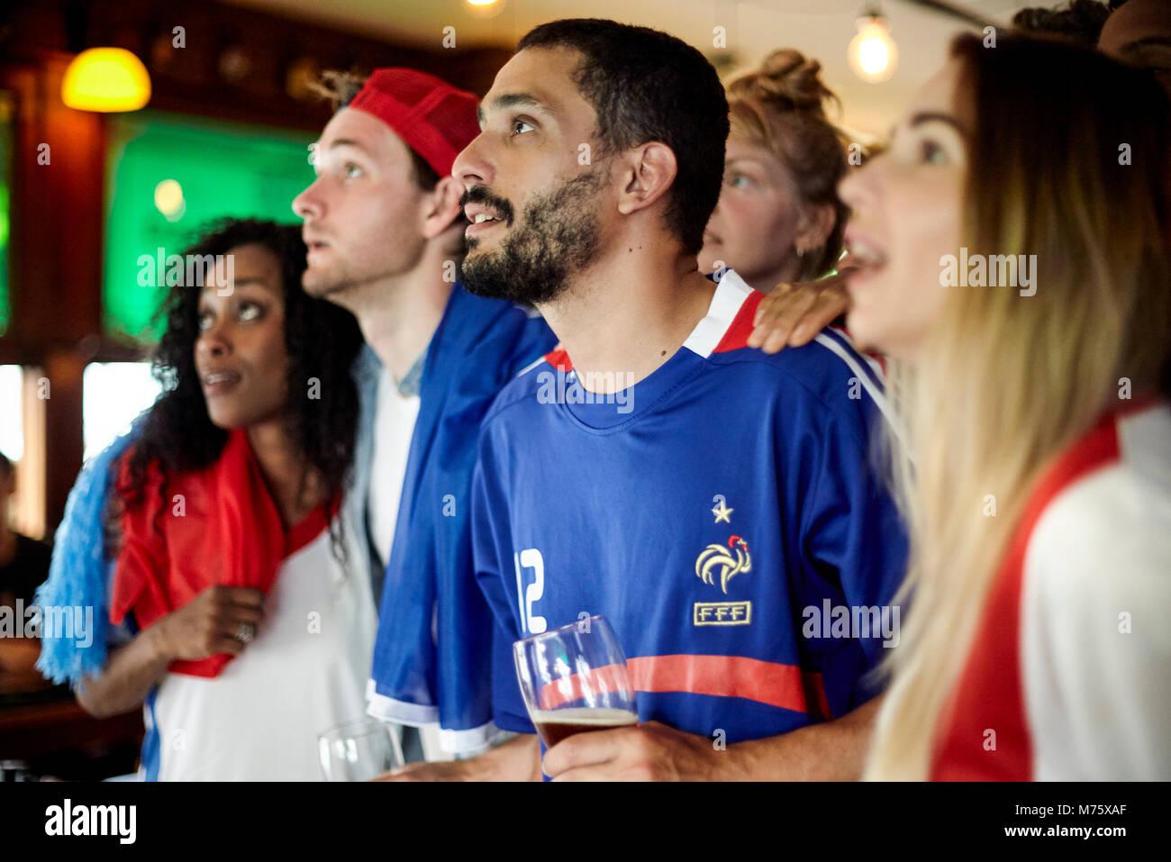 Französische Fußballfans beobachten Match in bar Stockbild