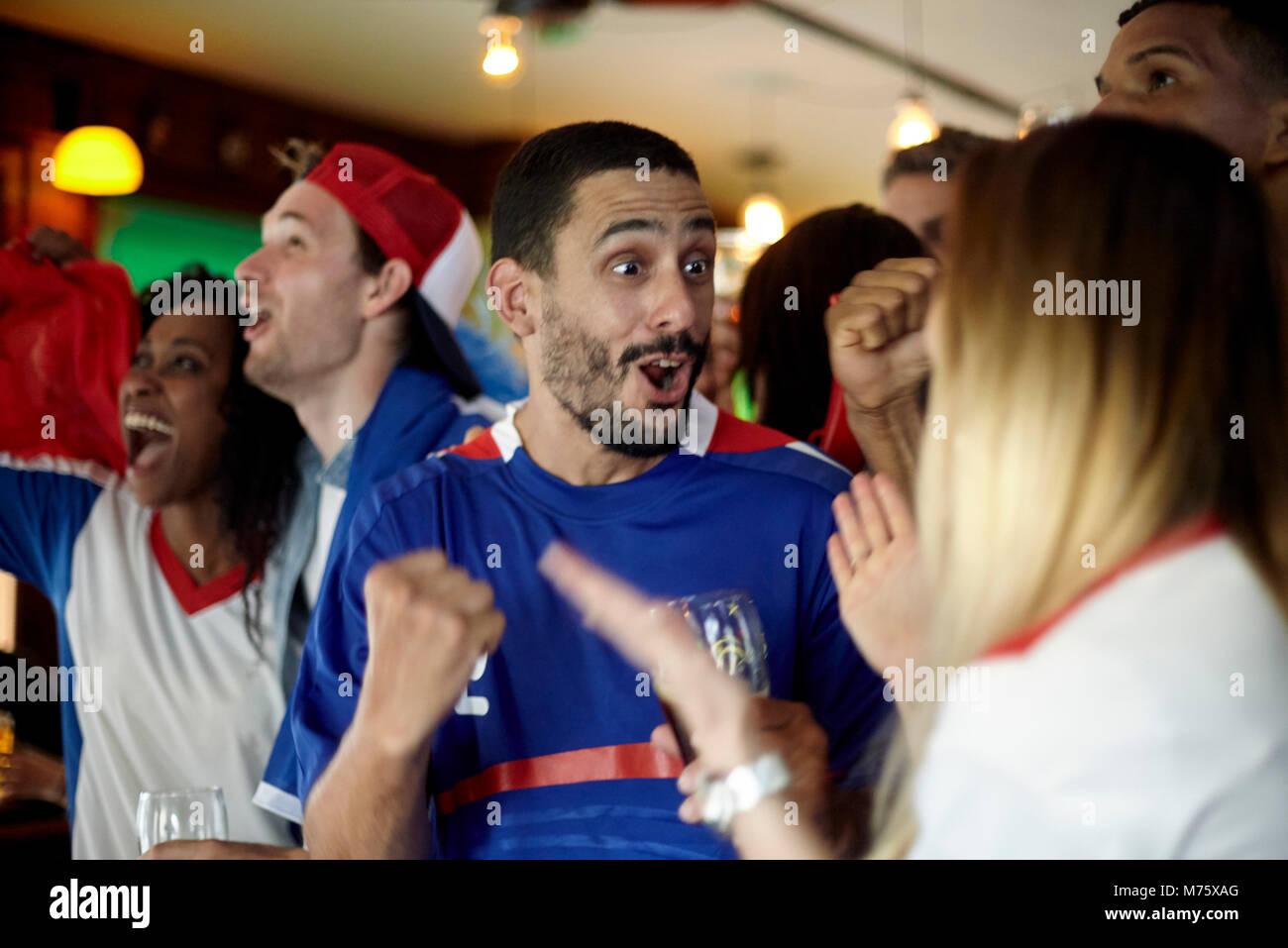 Französische Fußball-Fans feiern Sieg in bar Stockbild