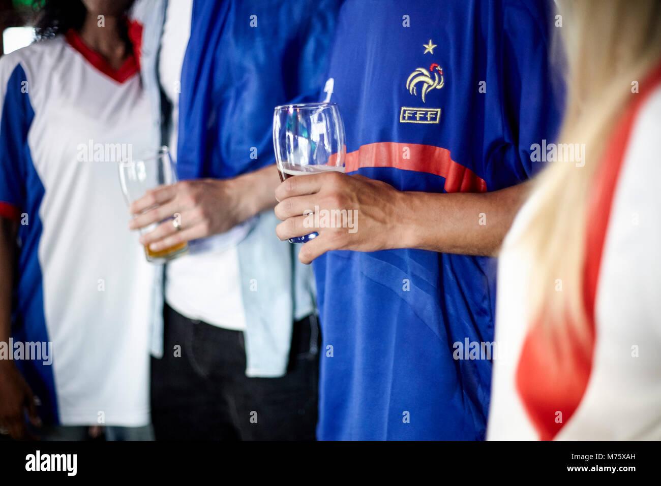 Französische Fußballfans trinken Bier in der Bar, 7/8 Stockbild