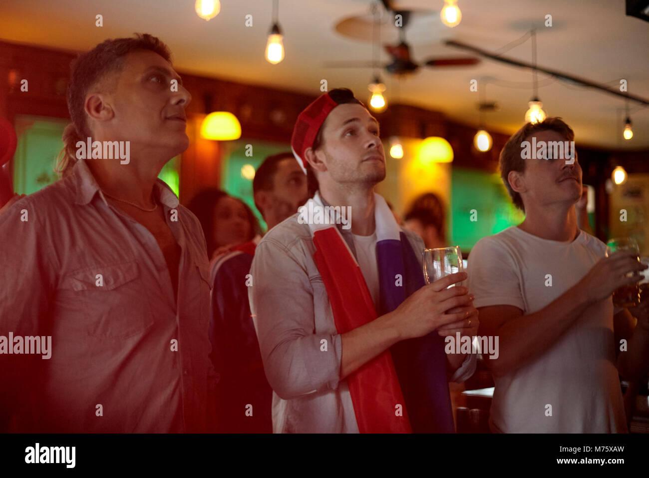 Französische Fußball-Fans auf Übereinstimmung in bar Stockbild