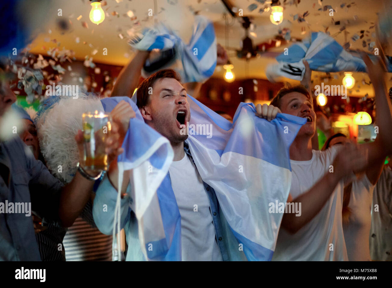 Argentinische Fußball-Fans feiern Sieg in bar Stockbild