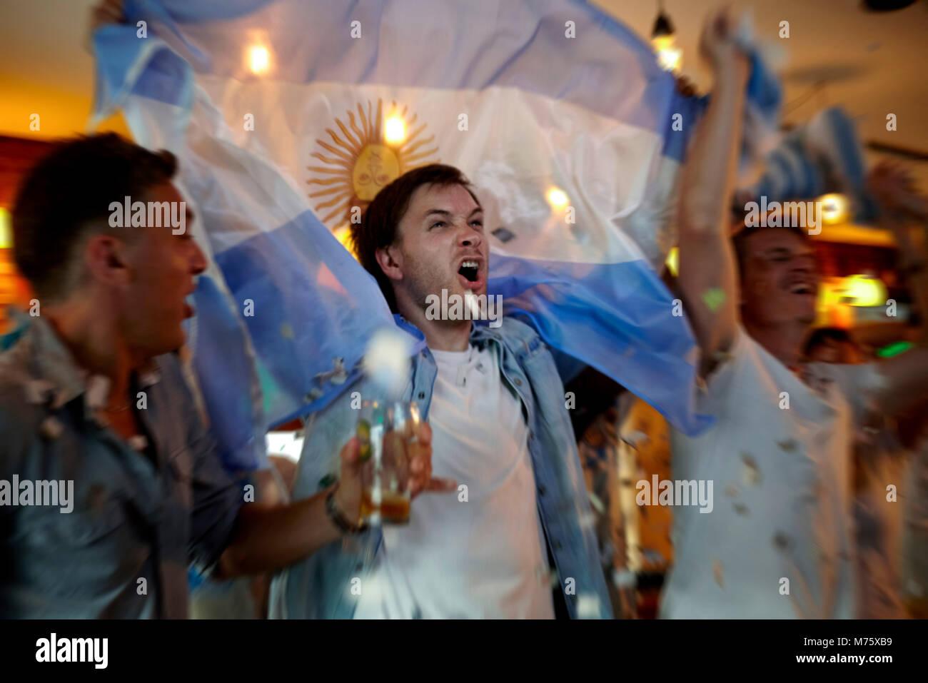 Argentinische Fußball-Fans feiern in bar Stockbild