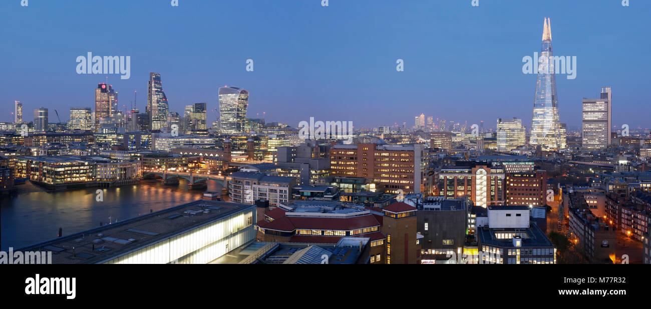 City Square Mile und Shard Panorama bei Dämmerung, London, England, Vereinigtes Königreich, Europa Stockbild