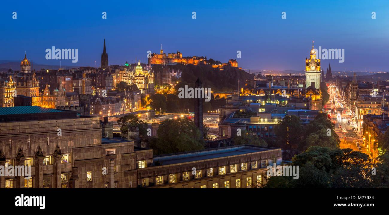 Stadtzentrum Panorama, das Edinburgh Castle und die Skyline bei Nacht, Edinburgh, Midlothian, Schottland, Großbritannien, Stockbild