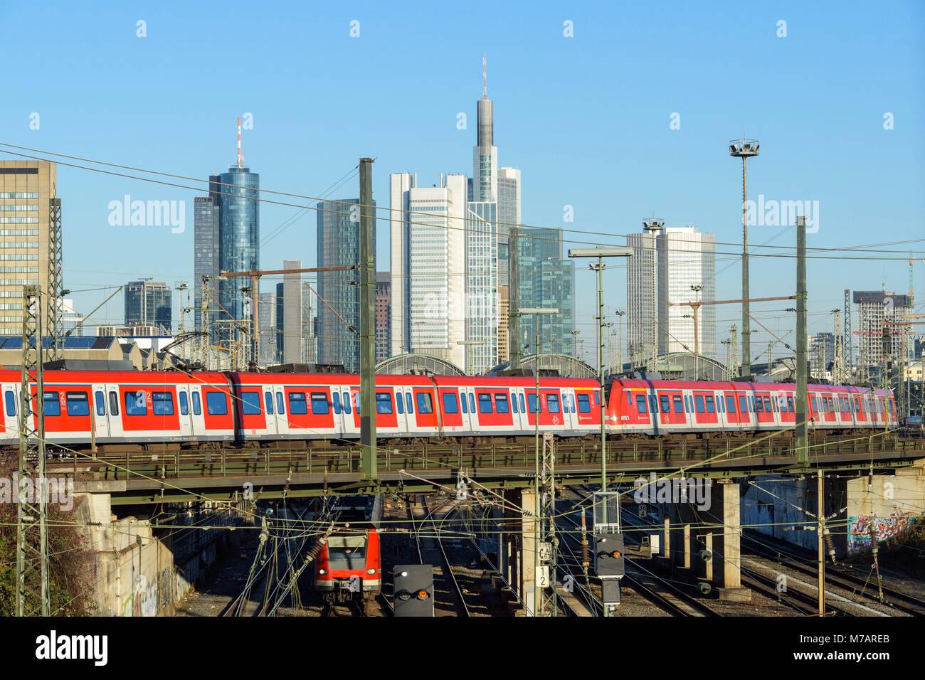 Regionale Zug vor der Skyline, Frankfurt am Main, Hessen, Deutschland Stockbild