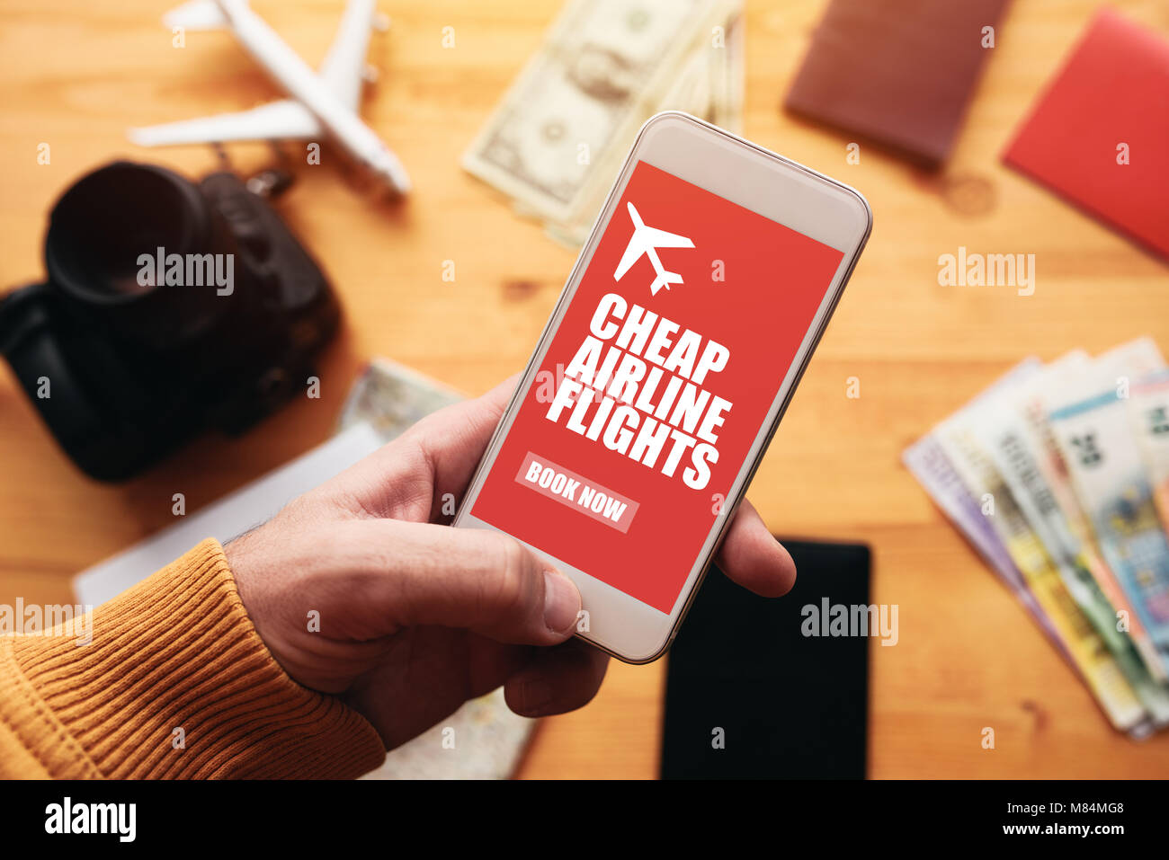 Billig Flüge online mobile App. Mann, Smartphone mit Mock up Anwendung Bildschirm zu Urlaub Reise Reise. Stockbild