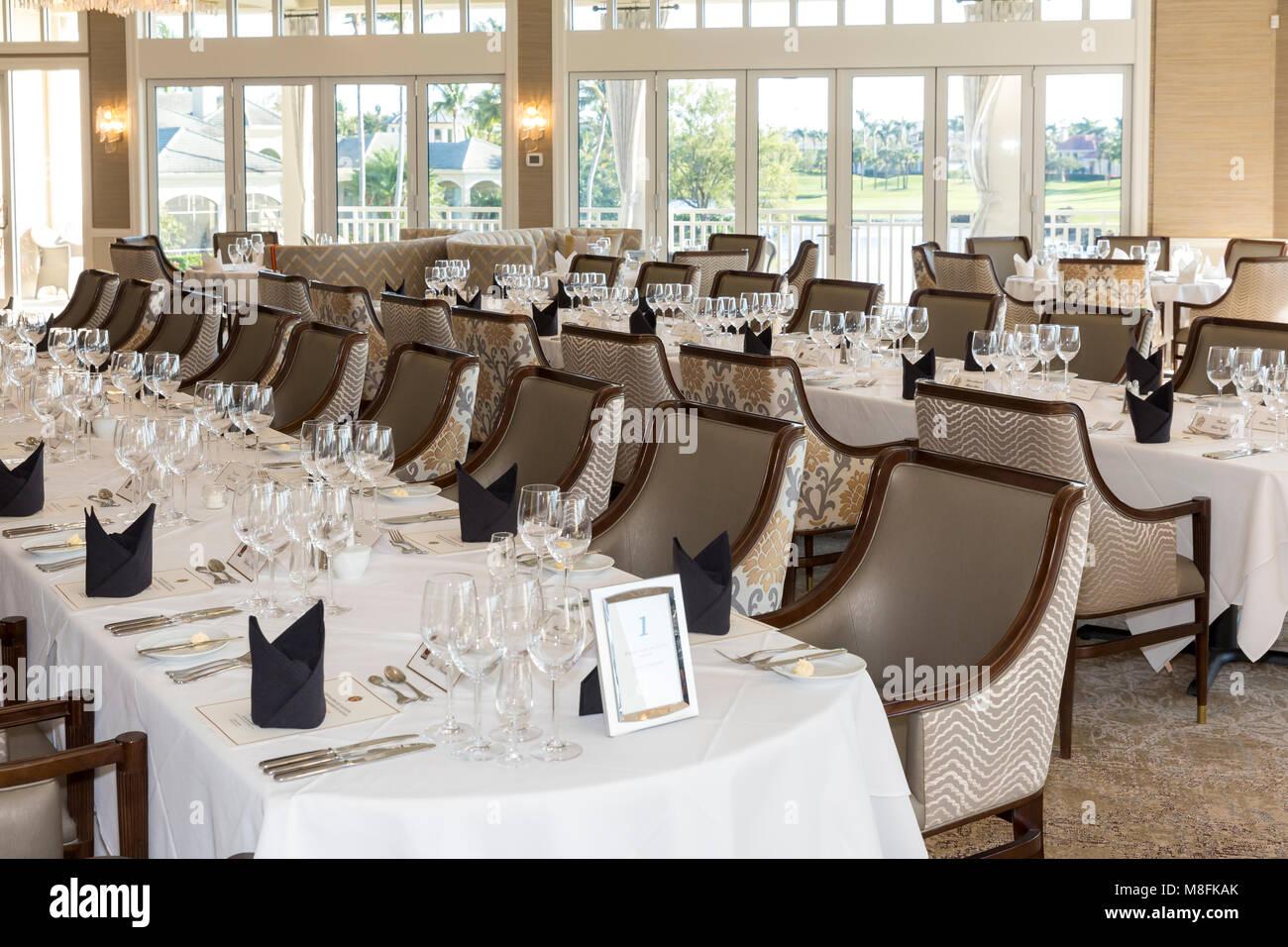 Bankett Tische, und legen Sie die Einstellungen für formale Wine Club Abendessen, Naples, Florida, USA Stockbild