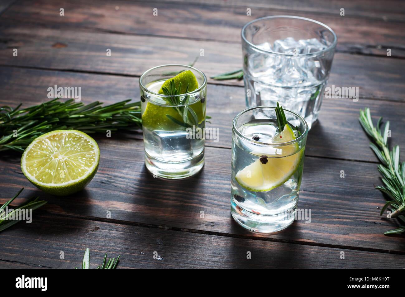 Alkoholische Getränk - Gin Tonic Cocktail - mit Kalk, Rosmarin und ...