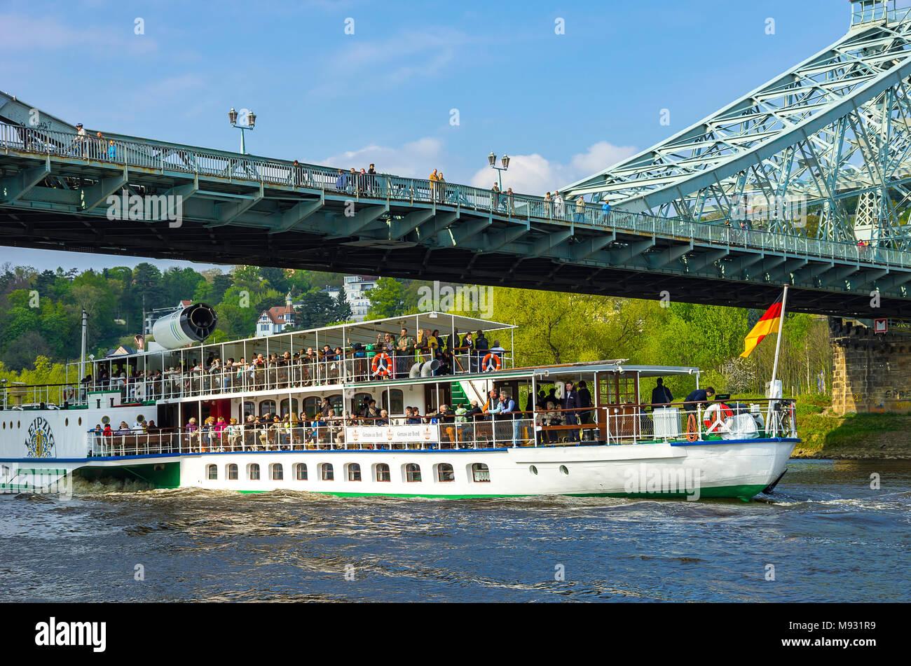 Der historische Raddampfer PD LEIPZIG verläuft unter der Brücke Blaues Wunder im Stadtteil Blasewitz, Dresden, Sachsen, Deutschland. Stockbild