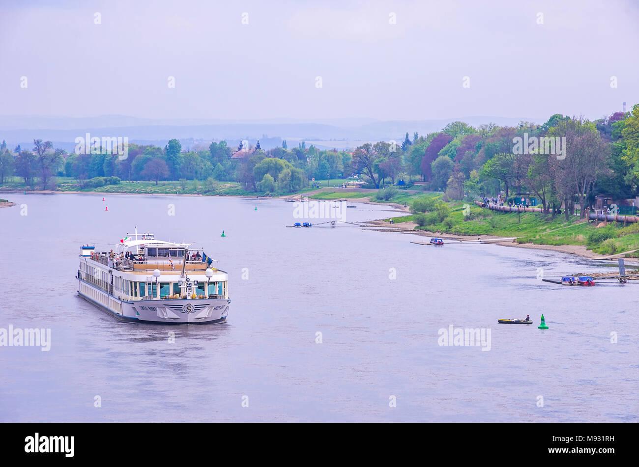 Der Fluss Kreuzfahrt Schiff MS Swiss Ruby geht unten die Elbe und übergibt die Schiller Garten in Dresden-Blasewitz, Dresden, Sachsen, Deutschland. Stockbild