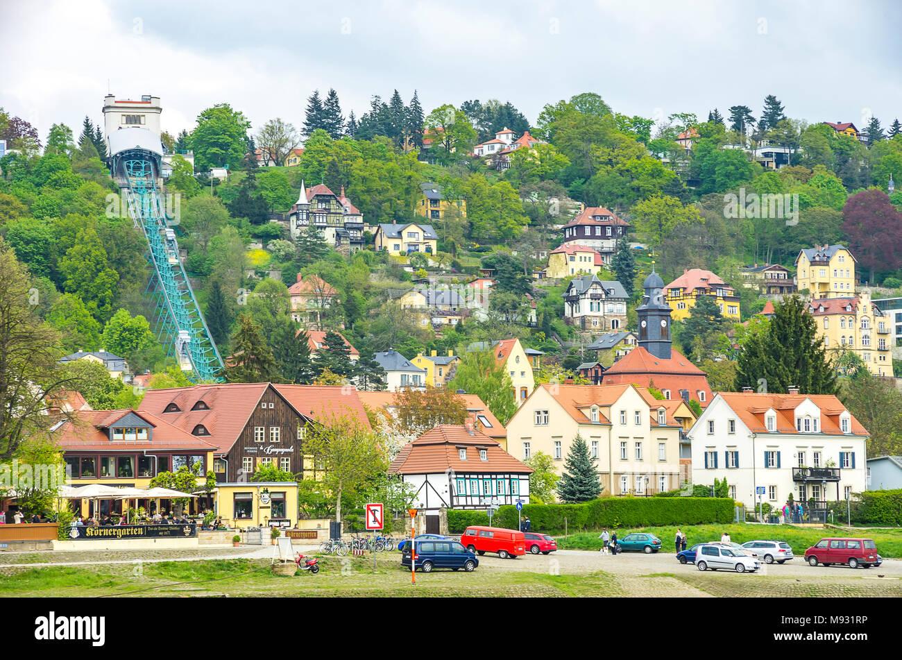Blick über die Elbe auf die loschwitzer Körnergarten und Schwebebahn. Stockbild