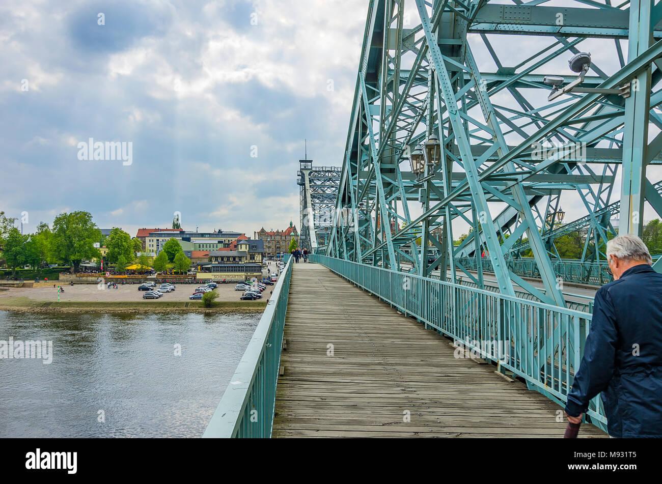 Auf das Blaue Wunder Brücke mit Blick auf den Stadtteil Blasewitz, Dresden, Sachsen, Deutschland. Stockbild
