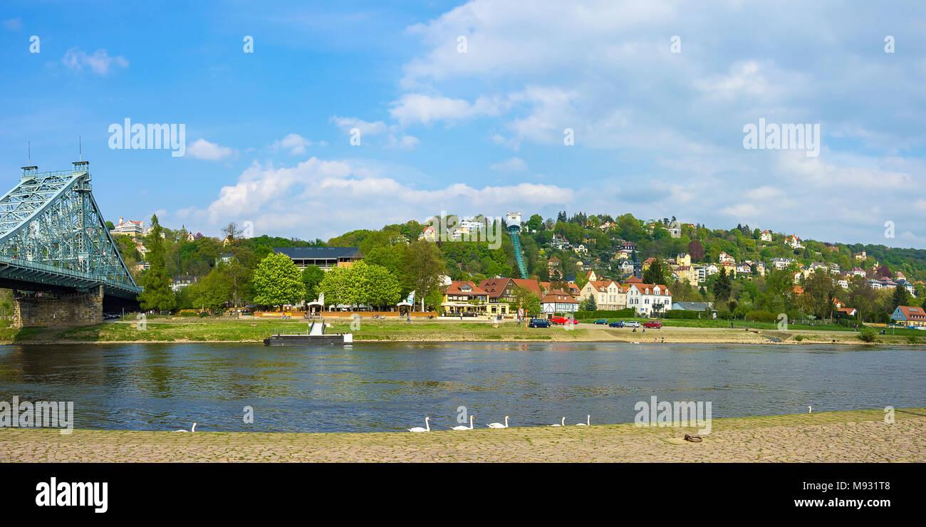 DRESDEN, Sachsen, Deutschland - 21 April, 2014: Blick über die Elbe auf Blaues Wunder Loschwitzer Brücke, Körner Garten und Schwebebahn. Stockbild