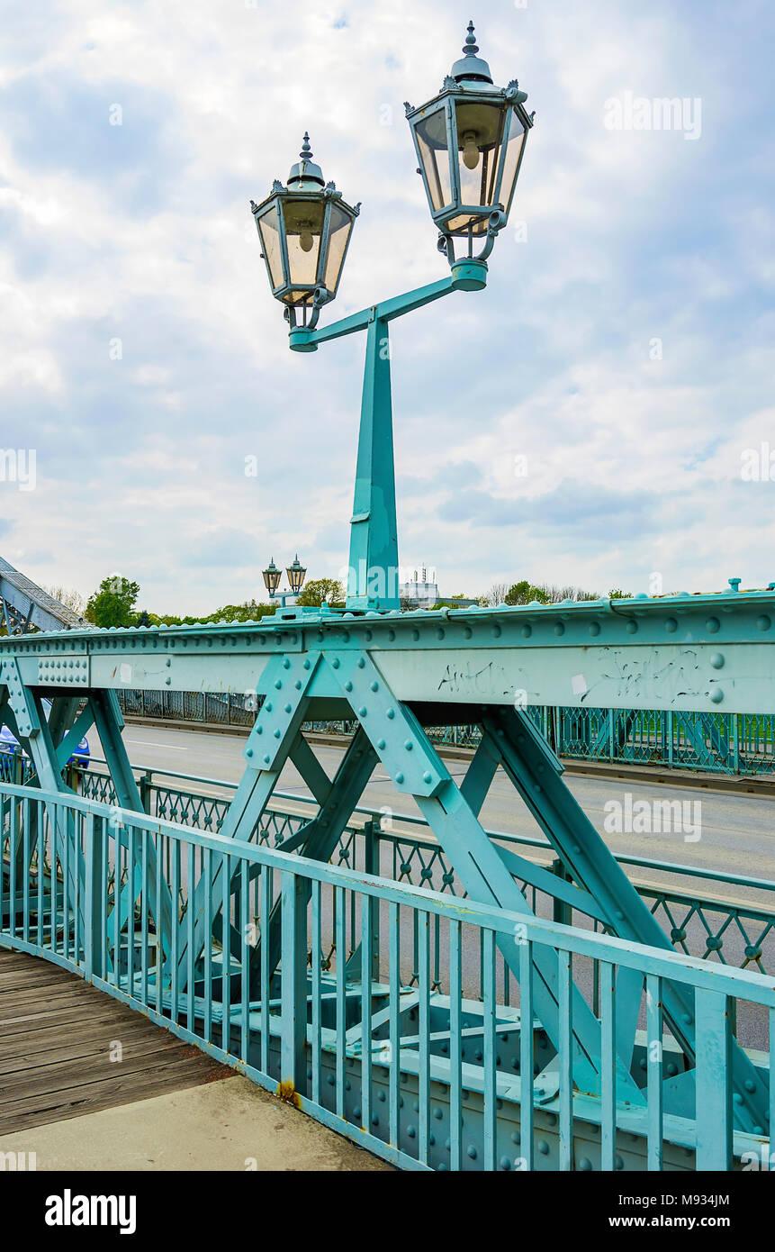 Teilweise mit Blick auf das Blaue Wunder Brücke mit street light in Dresden, Sachsen, Deutschland. Stockbild