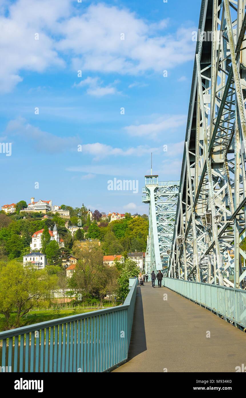 Auf das Blaue Wunder Brücke mit Blick auf den Stadtteil Loschwitz, Dresden, Sachsen, Deutschland. Stockbild