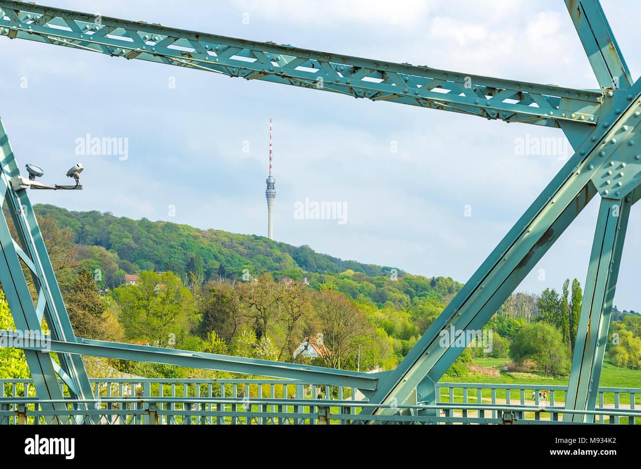 Dresden, Sachsen, Deutschland - Der Fernsehturm zwischen geschweiften Klammern der Brücke Blaues Wunder gesehen. Stockbild