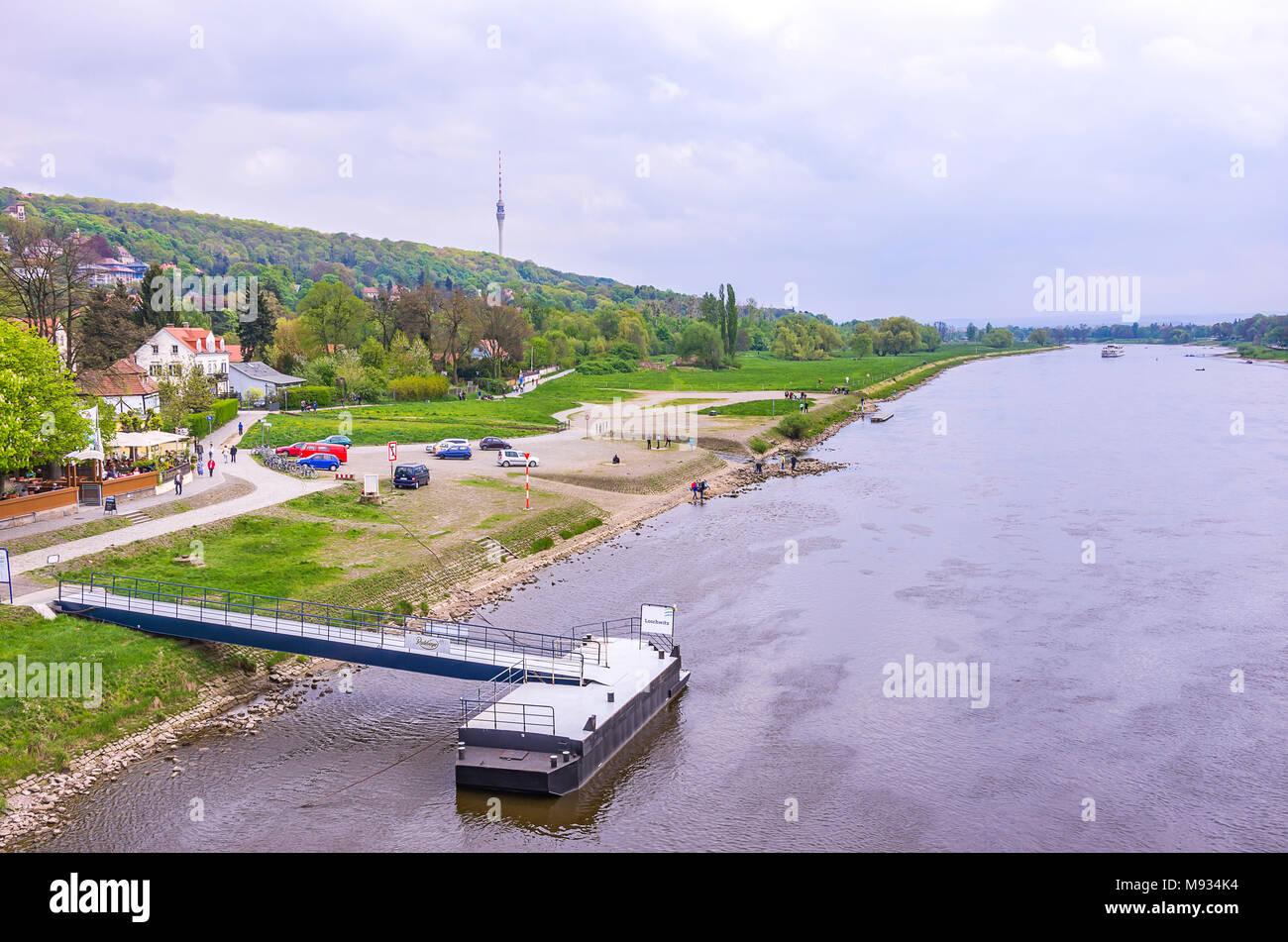 Blick von der Brücke Blaues Wunder in Blasewitz bis die Elbe die Körner Garten und Fernsehturm, Dresden, Sachsen, Deutschland. Stockbild