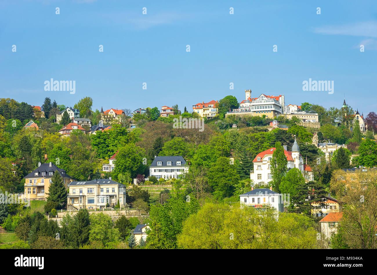 Dresden, Sachsen, Deutschland - Blick von der Brücke Blaues Wunder bis zum Luxus Häuser am Hang neben der Elbe im Stadtteil Loschwitz. Stockbild