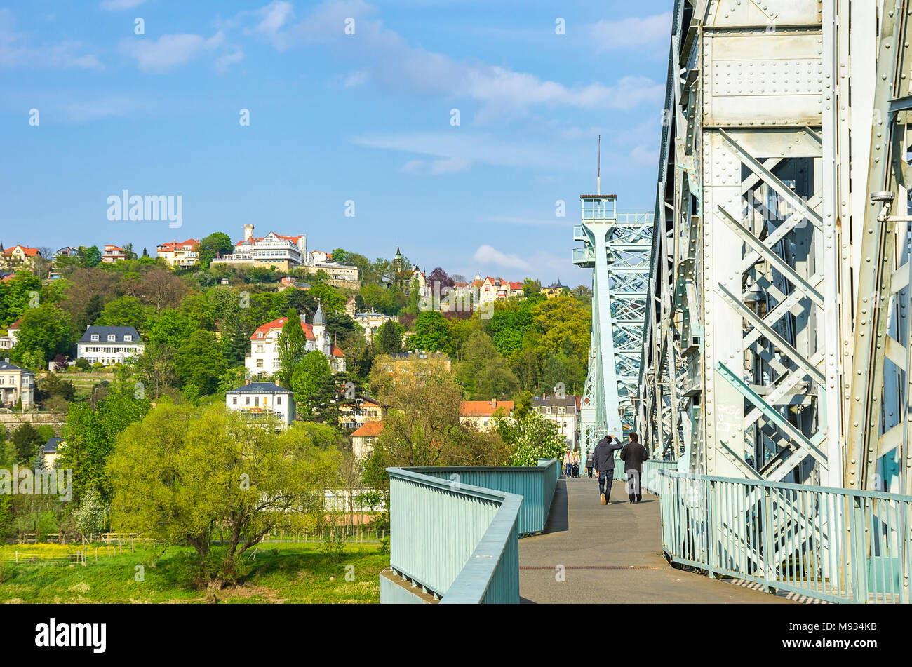 Dresden, Sachsen, Deutschland - Blick von der Brücke Blaues Wunder zu den Pisten am Ufer des Flusses Elbe im Stadtteil Loschwitz. Stockbild
