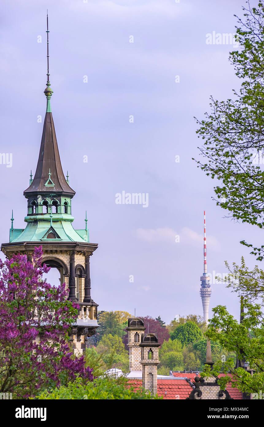 Dresden, Sachsen, Deutschland - Blick auf den Kirchturm von Villa San Remo in der Villa Quartal Loschwitz mit dem Fernsehturm im Hintergrund. Stockbild