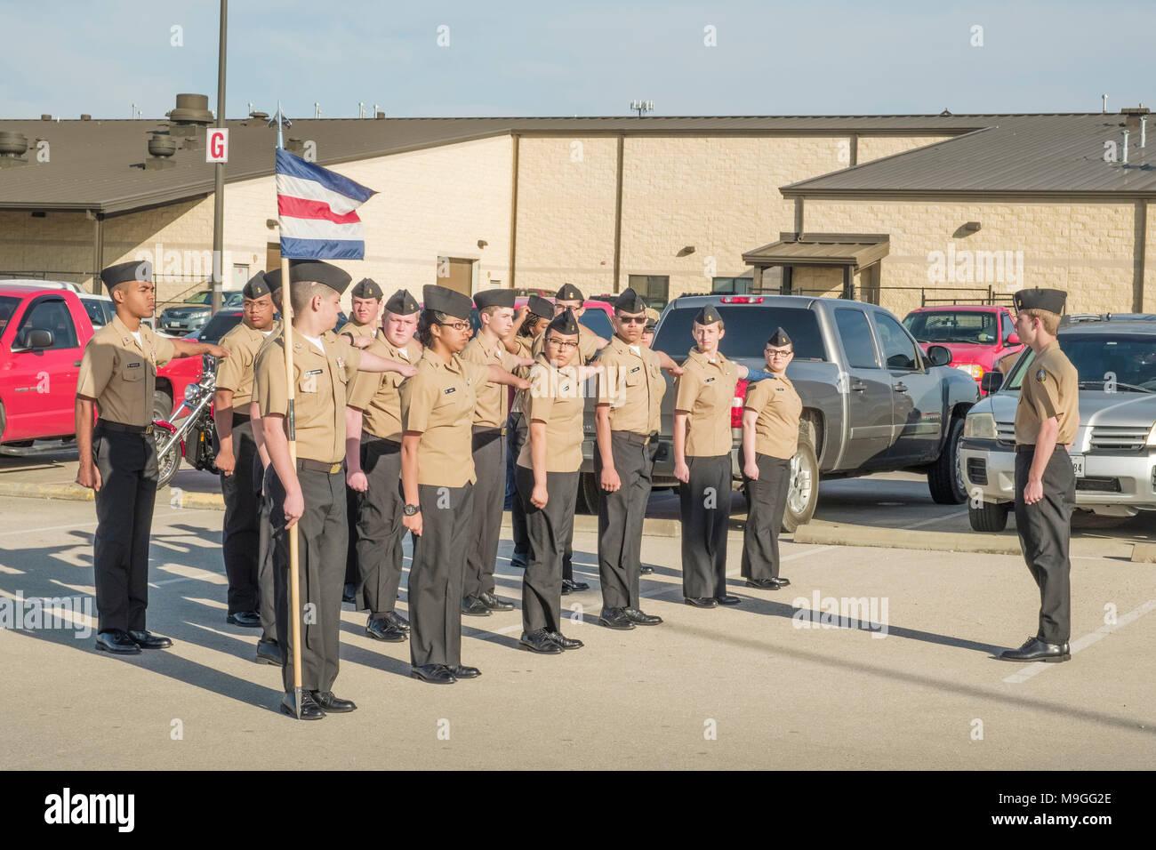 US Navy NJROTC high school Kadetten in der Formation vor marschieren Bohrer in Georgetown, Texas Stockbild