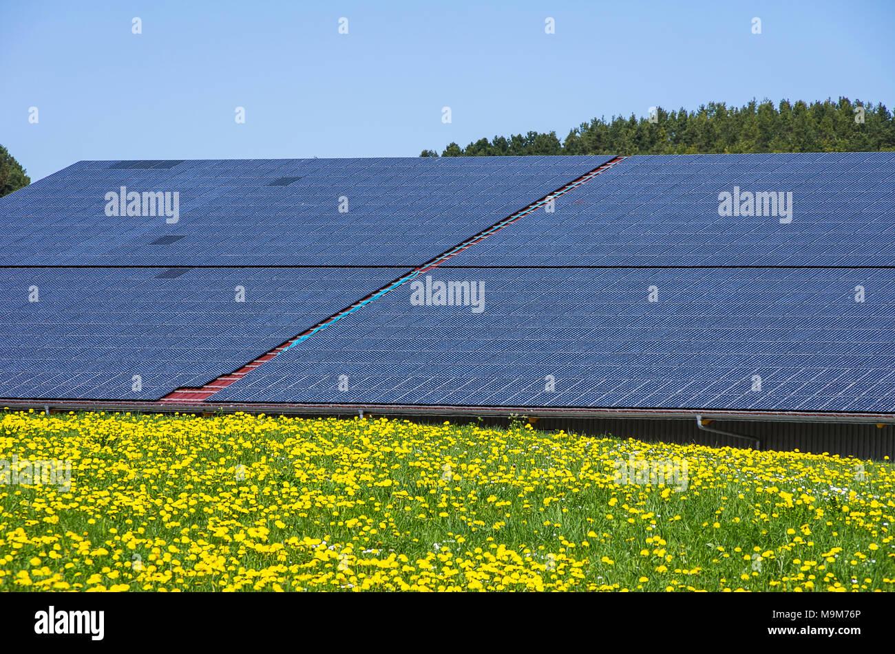 Solarzellen auf Dächer bieten alternative, erneuerbare und Solarenergie. Stockbild