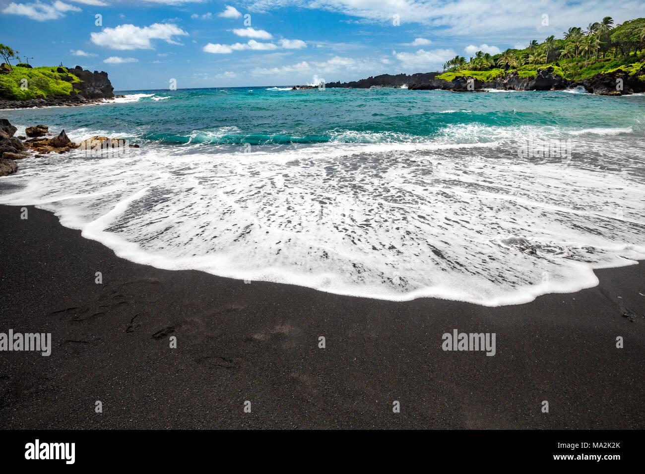 Der schwarze Sandstrand im Waianapanapa State Park, Hana, Maui, Hawaii. Stockbild