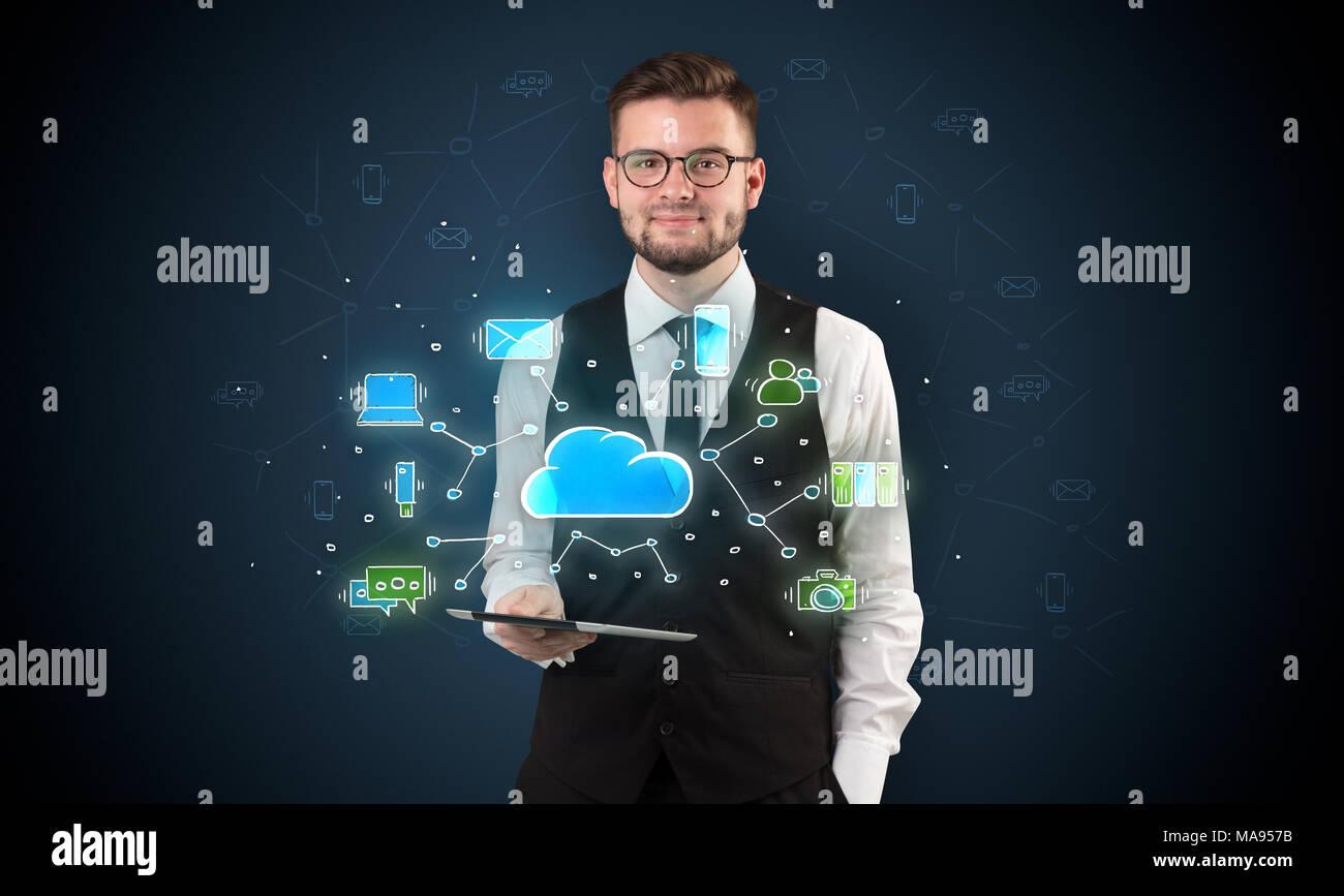 Chalk Cloud Technologie Symbole auf eine eingereicht von Geschäftsmann behandelt gezeichnet Stockbild