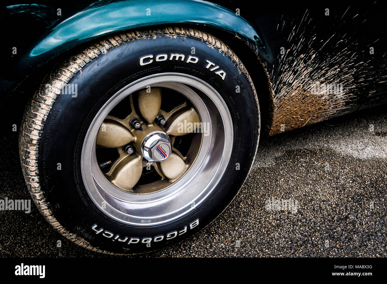 Schlamm spritzte Radkasten eines Ford Mustang im Fahrerlager in Goodwood 76th Mitgliederversammlung, Sussex, UK. Stockbild