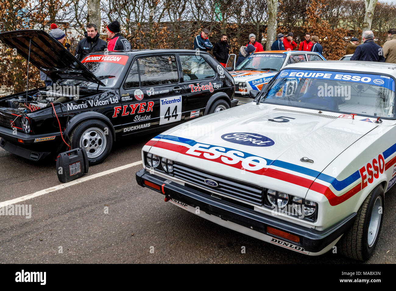 Teilnehmer für die Gerry Marshall Trophy Rennen im Fahrerlager in Goodwood 76th Mitgliederversammlung, Sussex, UK gesammelt. Stockbild