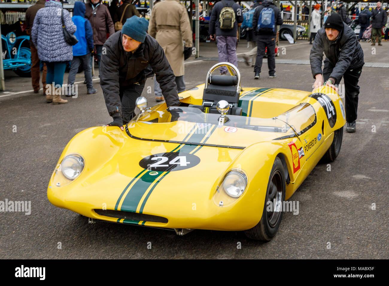 1963 Lotus-Ford 23 B von Michael Gans ist durch das Fahrerlager vor dem Gurney Cup Rennen in Goodwood 76th Mitgliederversammlung, Sussex, UK geschoben. Stockbild