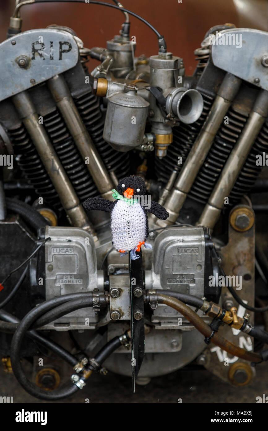 Gestrickte Pinguin an der Vorderseite des 1929 Morgan RIP Spezielle in Goodwood 76th Mitgliederversammlung, Sussex, UK montiert. Stockbild