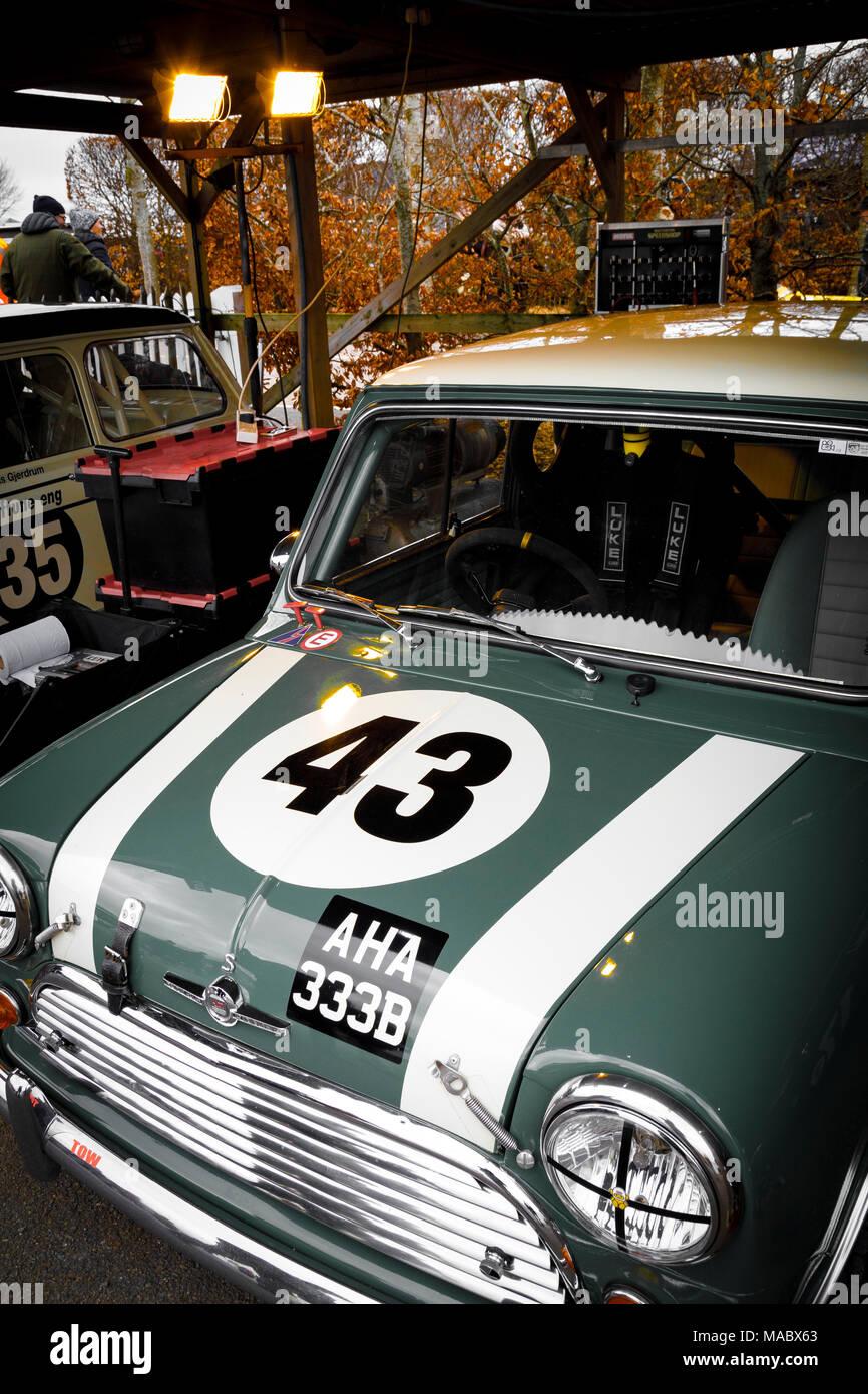 1964 Morris Mini Cooper S von Chris Middlehurst im Fahrerlager Garage vor dem Sears Trophy in Goodwood 76th Mitgliederversammlung, Sussex, UK. Stockbild